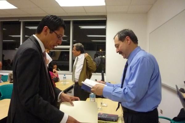 Carlos Alza y Eduardo Cifuentes, intercambiando notas, atrás don Walter Albán.